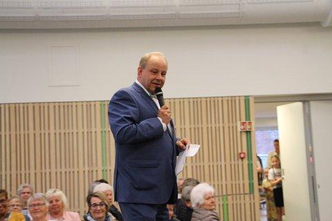 Konferansier: På uttallige arrangement har Morten Erik Olsen snakket i mikrofonen. Her leder han mannekengoppvisning i Rakkestad kulturhus.