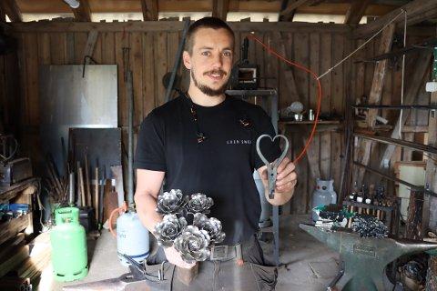 Loen smed: Rasmus Loen Steensgaard har jobbet som smed i 8 år. Nå har han både han og firmaet flyttet til Degernes.