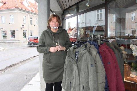 Utgifter: Irene Larsen og de andre handelsdrivende i Rakkestad får store tap når de blir tvunget til å stenge ytterligere to uker.