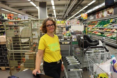 Bunnpris: Katrine Sørlie Øberg, daglig leder i Bunnpris Rakkestad, håper at ikke rakstingene stiller seg i kø for å reise til Sverige i morgen ettermiddag.