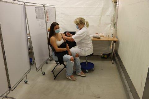 Vaksine: Over 70 prosent av innbyggerne i Rakkestad har fått satt minst en dose med koronavaksine. 39 prosent er fullvaksinerte. Her er det Hanna Louise Førrisdahl som fikk satt første dose med vaksine av Edel Bøhn.