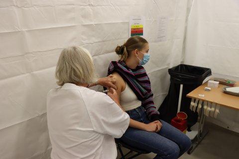 Vaksinering: Sara Schei Studsrud (18) fikk satt første dose med vaksine etter at det ble åpnet opp for gruppe 10. Vaksinesenteret håper flere gjør som henne og registrer seg så de kan få bestilt time.