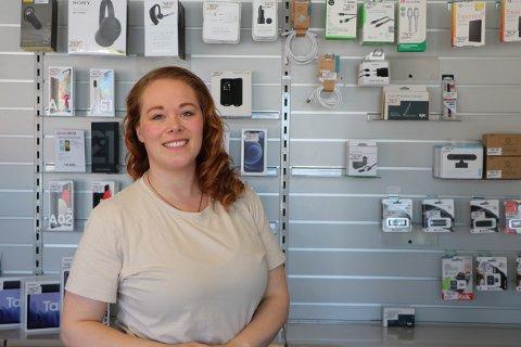 Trives: Karine Hornberg Hansen (31) trives utmerket i sin nye jobb som butikkmedarbeider ved Sentrum Data.