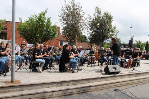 Konsert: Rakkestad Janitsjar har nylig blitt tildelt stimuleringsmidler fra Norges Musikkorps Forbund (NMF). Bildet er tatt under konserten som ble avholdt i forbindelse med sommerlørdagen i sentrum.