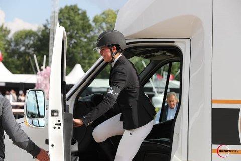 Premie: Maria Louise Kingsrød klatrer inn i hestebilen, som hun kan disponere i et år etter å ha fått prisen som beste rytter under belgisk stevne. Foto: Arrangøren.
