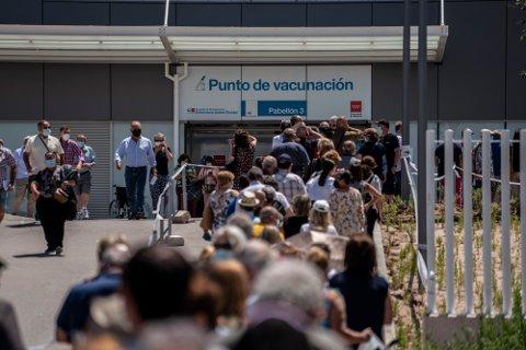 Tross lange vaksinekøer i Madrid er smittesituasjonen blitt stadig verre i Spania.