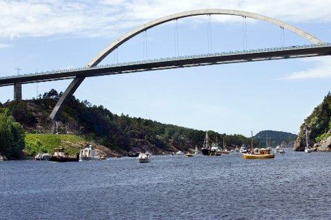 Rekkverket på den nye Svinesundbrua skal oppgraderes. Derfor er det veiarbeid og redusert hastighet på brua.