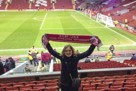 PÅ HJEMMEBANE: Ågaværingen Cecilie Bjørkan er Liverpool-tilhenger på sin hals og har nå fått jobb som Match Steward i klubben. Her  er hun på Anfield Road foran et oppgjør mellom Liverpool og Burnley. Foto: Privat