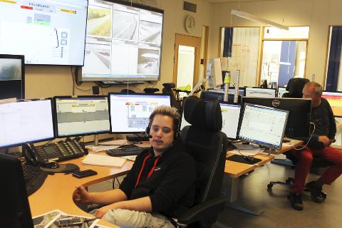1: overgangen fra høst til vinter er alltid travel for de ansatte ved vegrafikksentralen region nord i Mosjøen, her representert ved christer angermo. 2. nybygget skal etter planen stå ferdig i mars 2016. 3. beliggenheten på øya er fin, men tronskardingen tar godt. 4. Jo-Andre Kalberg er teknisk driftsansvarlig. 5. nybygget blir på 240 m² og skal huse sentral med moderne operatørrom, 70 videoskjermer og fem arbeidsstasjoner. 6. seksjonsleder Arnmod Bjørnstad.