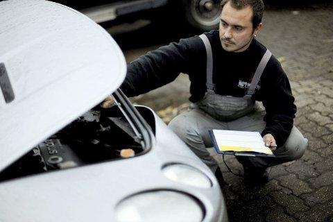En bilmekaniker sjekker en bil som er skadet etter en bilulykke. Av og til dukker det opp tvil om hva en ansvarsforsikring dekker.