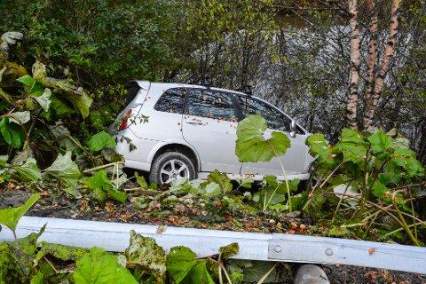 Bilen ble stoppet av trærne i skråningen.