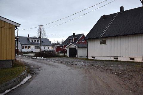 RIVES: Dagens bebyggelse i Lærer Asphaugs vei 20, 22 og 24 skal rives og erstattes med to lavblokker. Foto: Hugo Charles Hansen