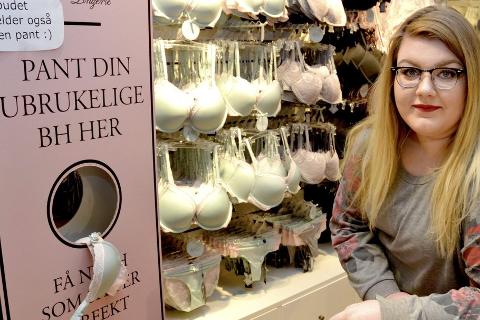 Panteautomat: – Tilstand eller merke spiller ingen rolle, sier Maja Linnea Hagen Reinfjord fra Change Mo i Rana.Foto: Beate Nygård