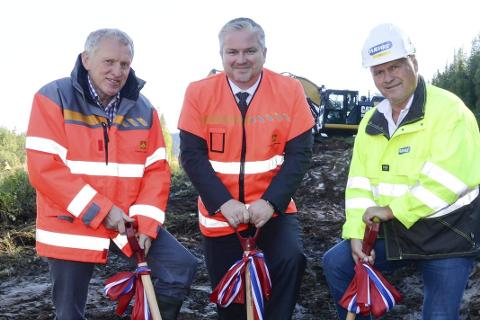 VEI: Tom Cato Karlsen, Torbjørn Naimak og Albert Kristian Hæhre stikker spaden i jorda for veipakken. Foto: Arne Forbord