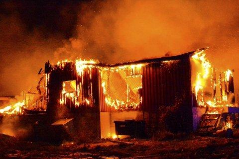 BRANN: Fjøsen på Sletten gård brant ned til grunnen.