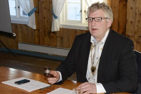 LIKER IKKE: Ordfører Carl Einar Isachsen i Lurøy kommune liker ikke at fylket utsetter viktig utbedring av fv. 17 og mener noen nå må ta ansvar. Foto: Arne Forbord