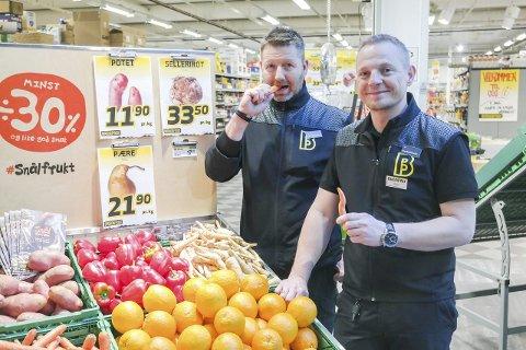 Snålt: Fruktansvarlig ved Bunnpris Mo, Geir Strand (t.v.) og kjøpmann Roy Grytemark selger snål frukt. Foto: Lisa Ditlefsen
