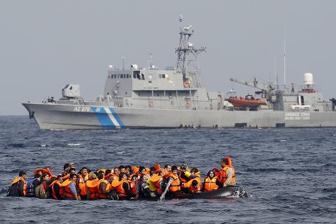 Flyktinger: Jeg savner nyanser og den grunnleggende respekt for menneskeverdet, både i karakteristikken av flyktningene og meningsmotstanderne, skriver Martin Kildal i På en lørdag. Foto: REUTERS/Yannis Behrakis