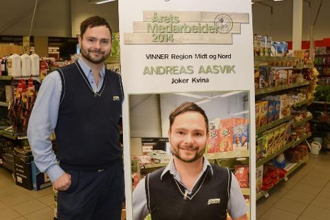 FIKK HEDER: Andreas Aasvik ved Joker Kvina i Lurøy er den beste medarbeideren innen Joker-systemet i butikkene fra Trøndelag til Finnmark. Han tror innsatsen på service ga han prisen. Foto: Arne Forbord