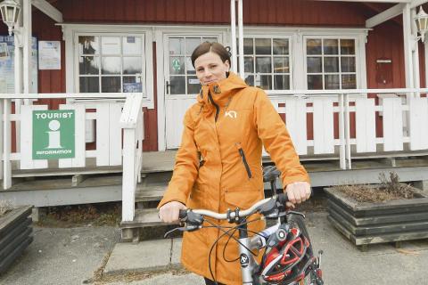 SAMLES: Agnethe Bjørkhaug, prosjektleder i Helgeland Reiseliv, skal samle 24 bedrifter som ønsker sykkelturister velkommen.  Foto: Viktor Leeds Høgseth