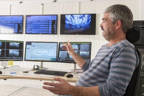 Sikker drift: Områdeleder Rune Nygård har full oversikt over Nova Seas oppdrettsanlegg i Meløy fra kontrollrommet i Vågsbotn. Av selskapets 220 ansatte jobber 30 i Meløy.Foto: Johan Votvik