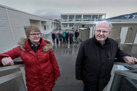 MOTTAK: Leder Harald Holvik, nestleder Rita Kristiansen og de andre i borettslaget ønsker ikke mottak for flyktninger i Fjordsenteret.