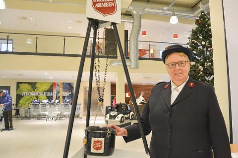 HJELP: Marie Skuland håper folk kan hjelpe Frelsesarmeen med å hjelpe andre denne jula. Penger i gryta er viktig for at hjulene skal gå rundt. Foto: Viktor Leeds Høgseth