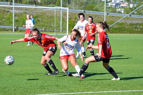 Ingrid Altermark (t.v.) spilte vårsesongen for Bossmo & Ytteren, før hun gikk til Medkila i sommer. Der scoret hun blant annet det helt avgjørende målet som berget plassen for laget fra Harstad.