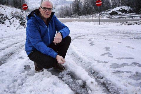 Oppgitt: Frode Meosli forteller at føret til tider er som dette, på parkeringen ved den gamle Haukneskroa, også på E6.Foto: Kenneth Haagensen Husby