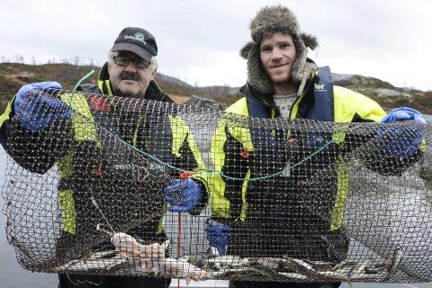 PRØVEFISKE: Hans Moasveen og Anders Blom fra Statskog Fjelltjenesten under prøvefisket med garn og ruser i Stor-Akersvatnet. Foto: Arne Forbord