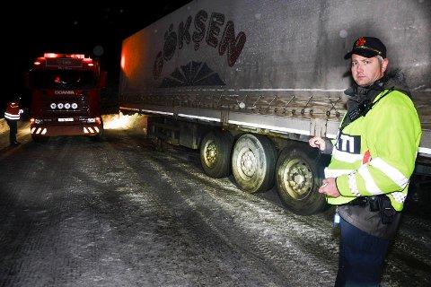 Sto fast: En tyrkisk trailer ble stående fast i Bustneslia onsdag. Tungbilen hadde bare sommerdekk på hengeren. Rune Bang, politibetjent i UP, mener noe må gjøres med regelverket for kjøring på vinterstid.