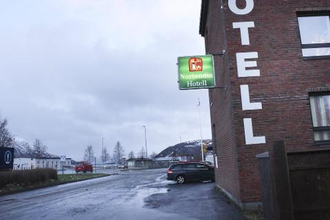 Nordlandia Hotell Lyngengården bør ikke brukes som et asylmottak i tre år, mener Vefsn planutvalg. Høyre og Venstre stemte imidlertid for slik bruk i tre år. Hotellet , som ligger kloss i E6, huser nå ca. 90 flyktninger på akuttbasis. Foto: Jon Steinar Linga