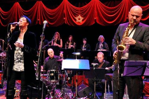 DIOC Big band er Mo i Ranas eldste band, men til tross for suksess, er det avhengig av sponsede midler for å arrangere konserter. Her fra en tidligere julekonsert med Ingrid Utler til venstre, sammen med dirigent og saksofonist Ragnar Meidell på «Silent night».