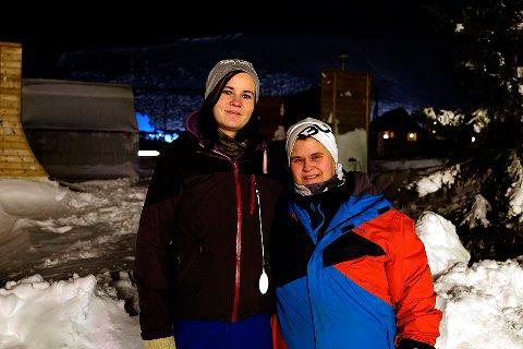 I LONGYEARBYEN: Ekteparet Kamilla Jensen og Tove Krokå Jensen (t.h.) var på Svalbard for å feire bursdagen til Kamillas mor. Lørdag hjalp de til da skredulykken rammet.