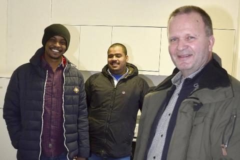 KLAR: Mottaksleder Roar Åsland  og miljøarbeiderne Jamilalla (t.v.) og Hago har klargjort leiligheter. Foto: Hugo Charles Hansen