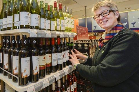 Juleartikler: Butikksjef Maria Olovsdotter forteller at de selger mye juleartikler nå. Foto: Øyvind Bratt