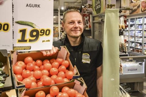 SMILER: Butikksjef Roy Grytemark sier det har vært hektisk før jul og at kundene har benyttet seg av nattåpent for å handle dagligvarer. Nå gleder han seg til at rushet skal avta. Foto: Viktor Leeds Høgseth