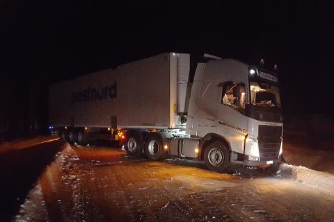 Nord for Krokstrand sto en trailer på tvers av veien i ettermiddag. Foto: Dan Antonsen