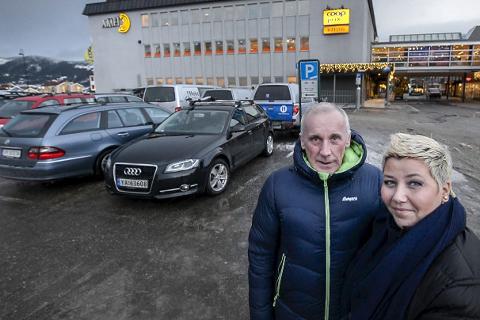 En suksess:  Knut Skatland og Lone Thrane er ikke et øyeblikk i tvil: Ordninga med gratis parkering i Mo sentrum er    en uomtvistelig suksess. Foto: Øyvind Bratt