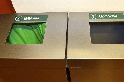 KILDESORTERER: På rådhuset har kommunen fått nye søppelkasser, med klart adskilte seksjoner for matavfall og restavfall. Men det er ikke i alle av ko  mmunens virksomheter at det kildesorteres. Foto: Hugo Charles Hansen