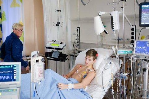 TØFF VENTETID: Vegard Skotnes vet han må ha et nytt hjerte fra en donor for å leve videre. Nå ligger han på Rikshospitalet. Han venter på at et friskt og ungt hjerte blir tilgjengelig sammen med mamma Trude Øvermo Skotnes, som har vært gjennom en slik venteprosess tidligere. For syv år siden ventet hun på nytt hjerte til ektemannen Wiggo Skotnes. Foto: Eskil Wie
