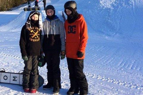 Gullgutt: Kristian Skjømming (t.v.) tok gull i både slopestyle og big-air i klassen yngre junior. Han sier seg veldig fornøyd med resultatet. Foto: Privat