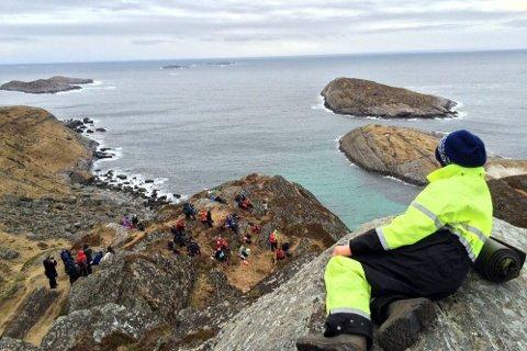 KALDT: Å vente på lundefuglens ankomst til Lovund på Lundkommardagen er en kald fornøyelse. Foto: Bjørn Roger Thomassen