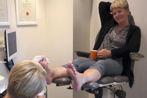Fotpleie: Hanne Edvartsen får jevnlig føttene fikset av Cathrin Granmo ved Clinique 82.  Det er jo godt, skulle gjerne hatt mye mer. Dobbelt så mye. Halv tid på pleie, og halv tid på jobb, sier en lattermild Edvartsen. Foto: Lisa Ditlefsen