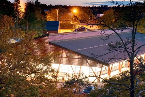MÅ FLYTTES: Den planlagte ishallen på Skillevollen må plasseres på et annet sted. Der den var planlagt, ved inngangen til idrettsparken, er grunnforholdene for dårlige.  Målet er å finne ei ny tomt i idrettsparken, sier John Erik Nygaard (innfelt)   i prosjektgruppa.
