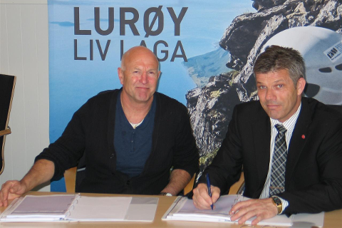Per-Asle Pedersen for Elektro Bodø AS avd Sleneset skriver kontrakt for de elektrotekniske installasjonene.