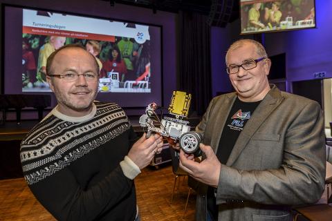 Gleder seg:  First Lego League-finalen blir en kjempesuksess tror Per-Arild Konradsen fra First Scandinavia (t.v.) og den lokale prosjektlederen Dag Arild Berg.Foto: Øyvind Bratt