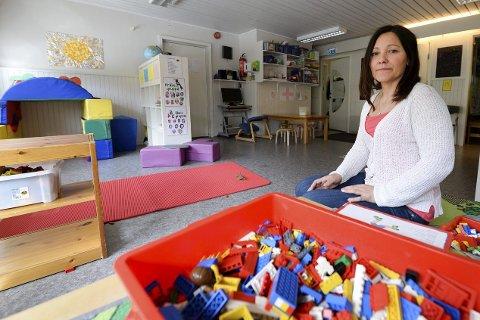 I trøbbel: Styrer i Tullas hage Anja Bjørkan, har måttet ty til drastiske tiltak i håp om at det kan redde barnehagen i Dalselv. På to år er inntektene blitt redusert med 500.000 kroner. Foto: Øyvind Bratt