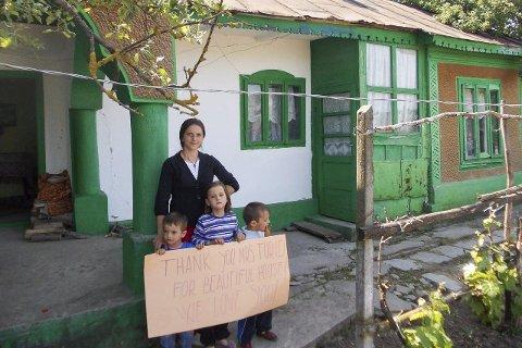 Takker: Trebarnsmora Florentina Mocanu (18) fra Nifon i Romania, viser takknemligheten hun og barna føler etter at Klosterbarnas forening representert ved Turid Thesen har hjulpet dem til å klare seg. Foto: Privat