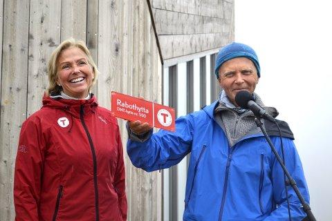 Ingen pris: Men DNTs Berit Kjøll sørget for at hytta fikk hyttenr. 500 . Her med Svein Arne Brygfjeld. Foto: beate Nygård
